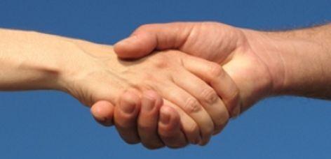 dar la mano